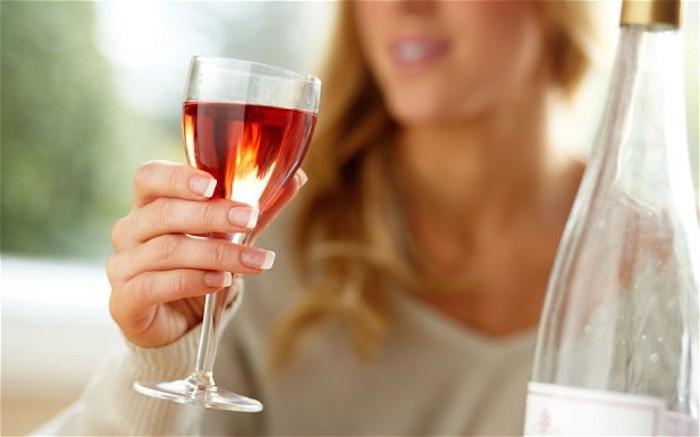 питье с бокалов