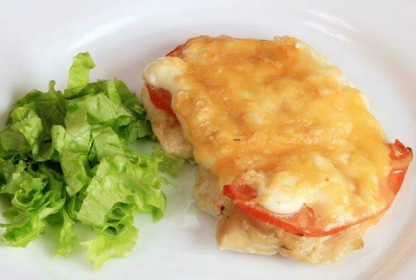 куриная грудка под помидорами и сыром