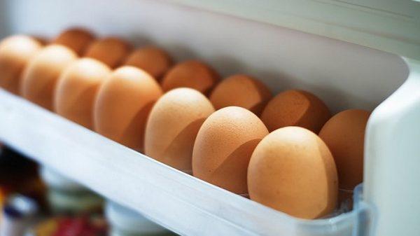 яйца в дверце холодильника
